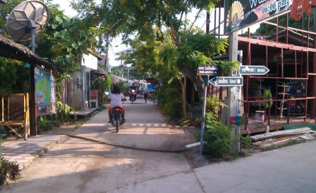 Entrance to Walking Street, Lipe's busiest crossing ;-)