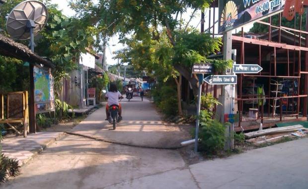 Entrance to Walking Street, Lipe's busiest crossing ;-)